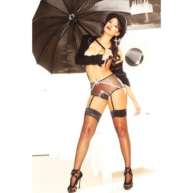 17.fev.2014 - A ex-BBB Ariadna mostrou as curvas em ensaio de lingerie para a campanha de uma loja de Milão, na Itália, onde mora atualmente. A bela postou as imagens em que aparece usando uma calcinha quase toda transparente e fazendo topless no Instagram