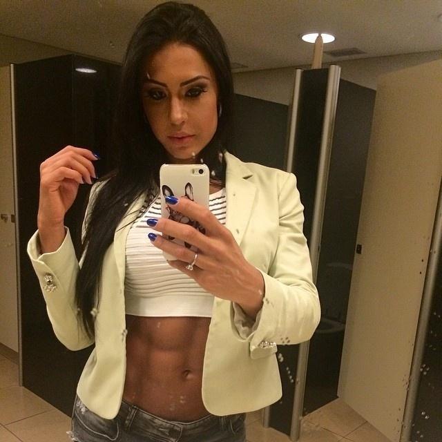 22.mar.2014 - Gracyanne Barbosa mostrou a barriguinha trincada em seu perfil no Instagram. ?Logo mais estarei em Limeira na loja Bodybuilder Nutrition, espero todos vcs para mtas fotos?, escreveu.