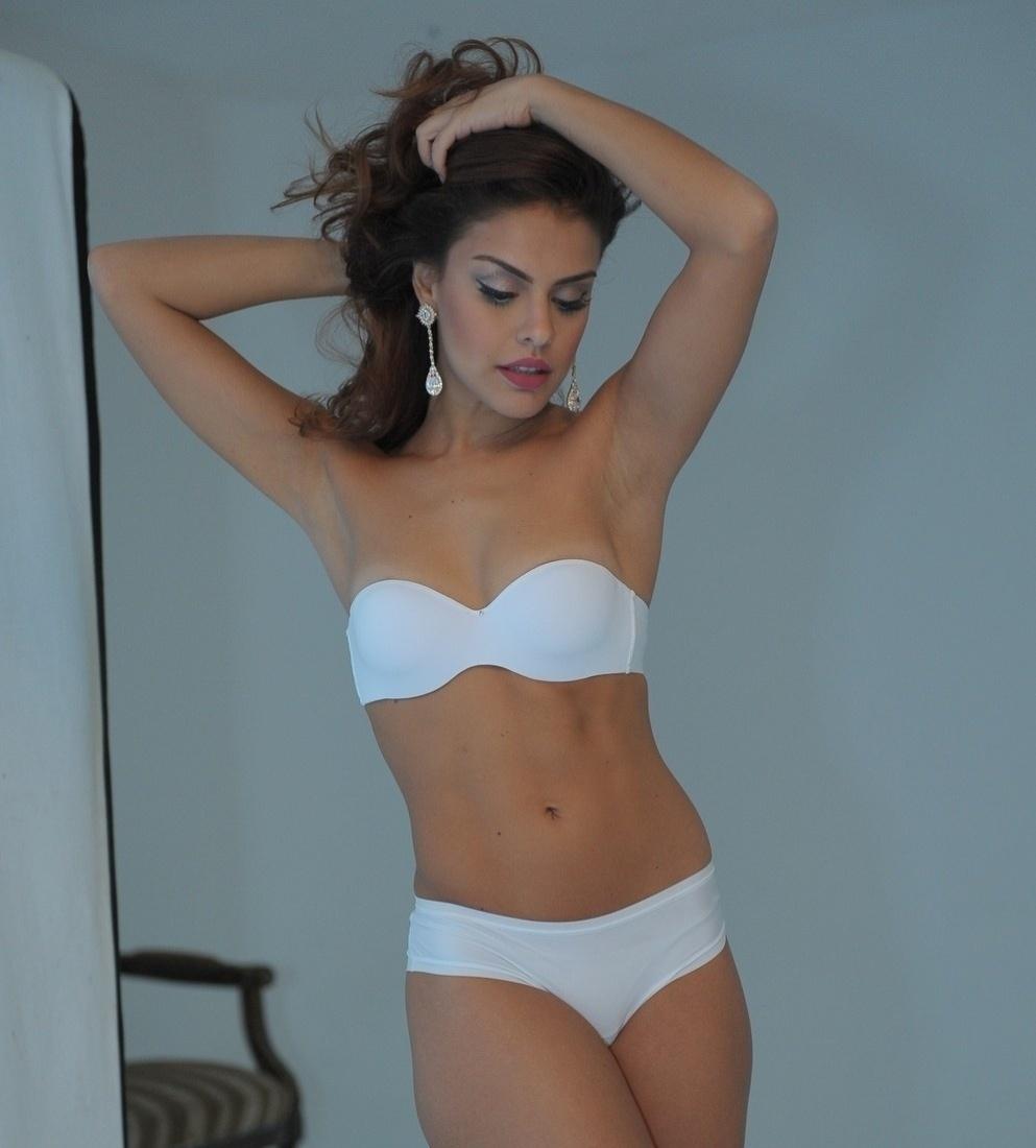Paloma Bernardi fez um ensaio sensual para uma marca de lingerie. Bem à vontade, o tema do ensaio com a atriz foi no estilo pin-up dos anos 50. Paloma também ajudou a escolher as fotos para a campanha.