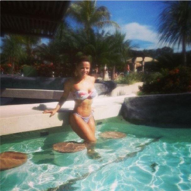 20.abr.2014 - Viviane Araújo exibe boa forma de biquíni em um parque aquático de Caldas Novas.