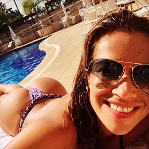 """4.mai.2014 - De biquíni, a ex-BBB Fani Pacheco postou um selfie na beira de uma piscina para os fãs no Instagram, que não pouparam elogios à beldade. """"Que abundância, meu irmão!"""", """"Fiu fiu, está de parabéns"""", comentaram alguns dos internautas"""