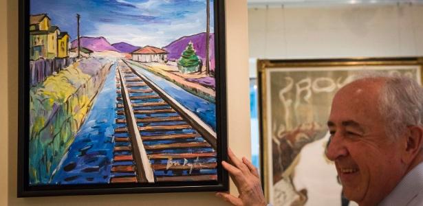"""Mike Ross, diretor da galeria Ross Art Group, mostra o quadro """"Train Tracks"""", pintado por Bob Dylan - Reuters"""