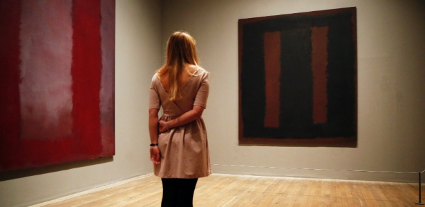 "13.mai.2014 - Membro do Tate Modern observa quadro de Mark Rothko, ""Black on Maroon"", que volta ao museu após ter sido pichada - Reuters"