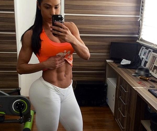 26.mai.2014 - Gracyanne Barbosa foi criticada por fãs ao postar no Instagram foto que em que aparece com a barriga à mostra e calça legging branca, que deixa seu bumbum 'gigante' marcado. Ela escreveu na legenda: