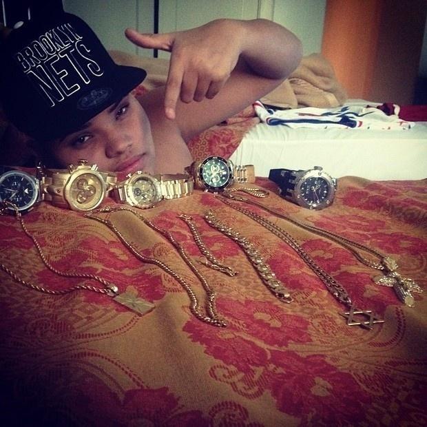 31.mai.2014 - Pablo Jorge, filho do cantor Naldo, resolveu postar no Instagram a sua coleção de relógios e cordões. Assim como o pai, Pablo mostrou que tem preferência por acessórios de luxo para compor o visual. Na legenda da foto, o filho de Naldo escreveu: