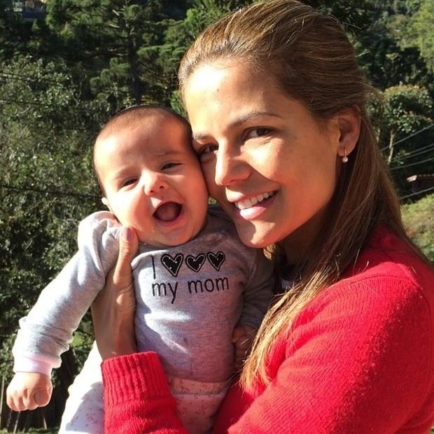 27.jun.2014 - Nívea Stelmann posa com a pequena Bruna, de 3 meses. Na imagem, a fofinha aparece com uma roupa escrito
