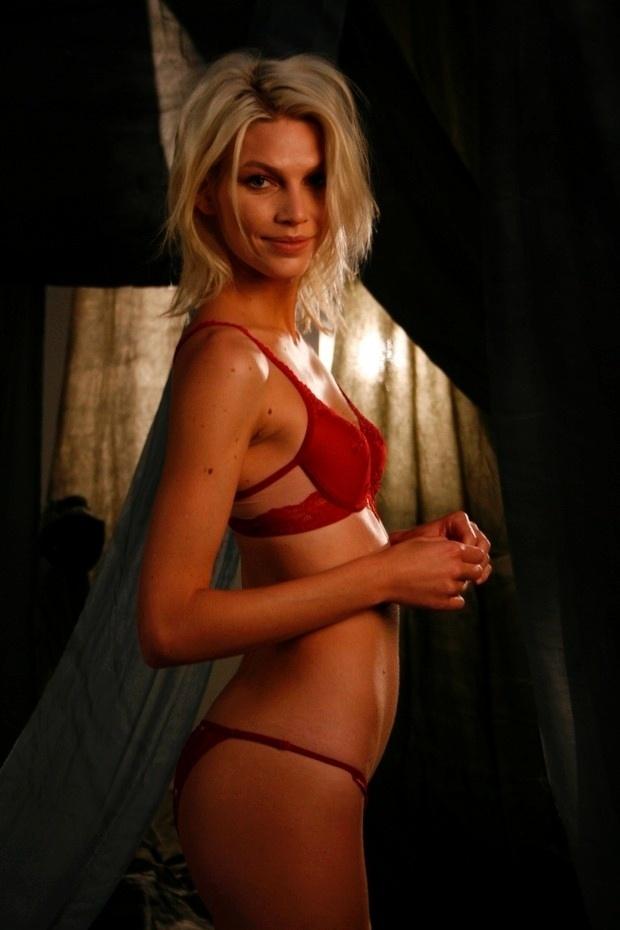 1.jul.2014 - A top catarinense que mora em Nova York Aline Weber exibe sensualidade em ensaio de campanha para o verão 2015 de uma grife de lingerie. A beldade falou ao Ego sobre suas preferências na hora de escolher a roupa íntima: