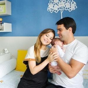 Bárbara Borges com o marido, Pedro Delfino, e o filho, Martim, recém-nascido - Divulgação