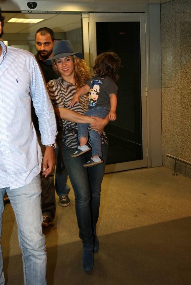10.jul.2014 - Shakira já está no Brasil. A cantora, que desembarcou nesta quinta-feira no aeroporto do Galeão, no Rio de Janeiro, será uma das grandes atrações do show de encerramento da Copa do Mundo, no próximo domingo (13), no Maracanã. Casada com o jogador espanhol Gerard Piqué, Shakira chegou acompanhada do filho do casal, o pequeno Milan