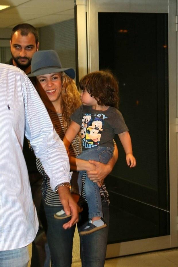 Shakira já está no Brasil. A cantora, que desembarcou nesta quinta-feira no aeroporto do Galeão, no Rio de Janeiro, será uma das grandes atrações do show de encerramento da Copa do Mundo, no próximo domingo (13), no Maracanã. Casada com o jogador espanhol Gerard Piqué, Shakira chegou acompanhada do filho do casal, o pequeno Milan