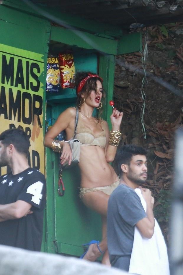 18.jul.2014 - Sensual, Alessandra Ambrosio faz fotos apenas de lingerie no Morro do Vidigal, no Rio de Janeiro, e posa segurando um pirulito.