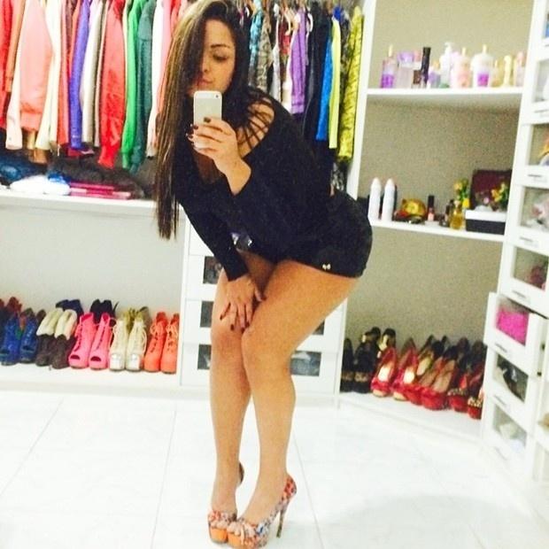 21.jul.2014 - A funkeira Mulher Melancia postou uma foto mostrando seu closet para os seguidores e acabou revelando uma coleção de sapatos. Com a imagem, em que aparece de shortinho, ela arrancou elogios dos seguidores: