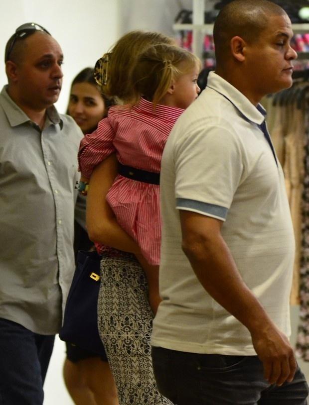 3.ago.2014 - A apresentadora Angélica curtiu o domingo ao lado da filhota caçula, Eva. Acompanhada de dois seguranças, as duas passearam pelo shopping da Barra da Tijuca, no Rio de Janeiro e a pequena aproveitou para se divertir em uma loja de brinquedos. Enquanto isso, o papai Luciano Huck levava os filhos Joaquim e Benício ao cinema