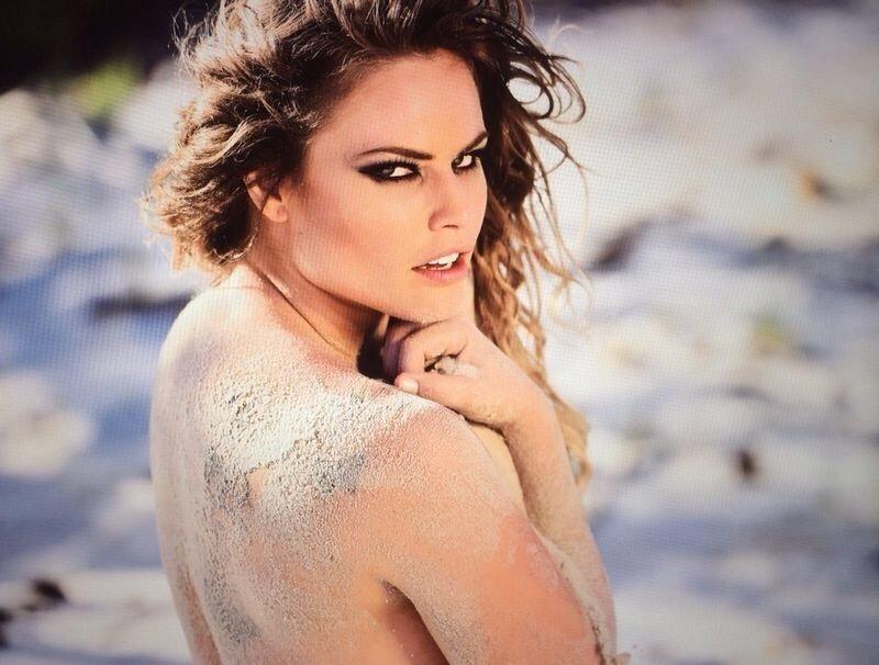 17.ago.2014 - Ex-BBB Natália Casassola exibe boa forma em ensaio sensual na praia