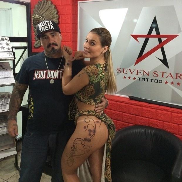 """Andressa Urach resolveu completar mais uma etapa de sua tatuagem na coxa. """"Iniciando os trabalhos... Terminando a Tattoo. A dor passa e a beleza fica!"""", escreveu a bela no Instagram. Para aproveitar a ida ao estúdio, Urach fez uma nova tatuagem no pulso: o desenho de uma bomba"""