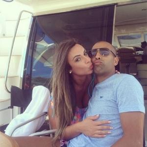 Nicole Bahls postou várias fotos com Emerson Sheik, mas após saber da traição retirou-as do ar