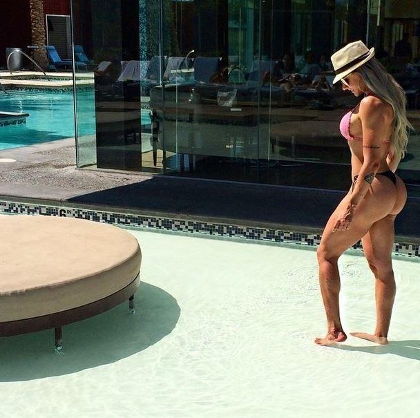 19.set.2014 - Juju Salimeni está em Las Vegas acompanhando o namorado, Felipe Franco, em um campeonato de fisioculturismo. Enquanto a competição não acontece, a loira aproveitou para curtir uma tarde de sol na piscina. No Instagram, Juju exibiu suas curvas