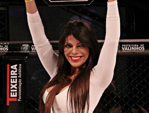 28.set.2014 - Suzy Cortez, Musa do São Paulo e também conhecida como sósia da modelo Daniela Cicarelli, exibiu seu corpo escultural como ring girl em evento de MMA em Campinas (SP)