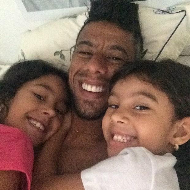 3.out.2014 - Quanto carinho! O papai e jogador do Flamengo Léo Moura compartilhou no Instagram um momento de chamego ao lado das filhas: