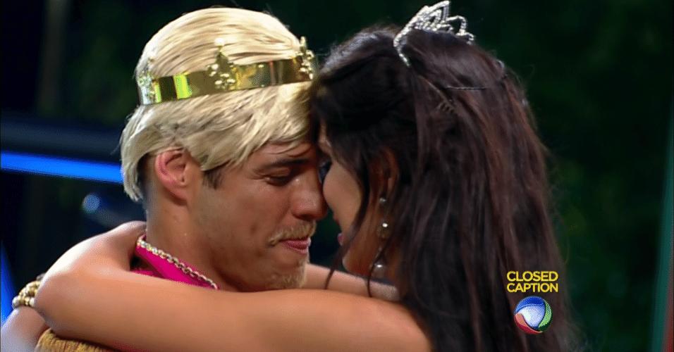 10.out.2014 Marlos e Débora se beijam durante festa deste sábado