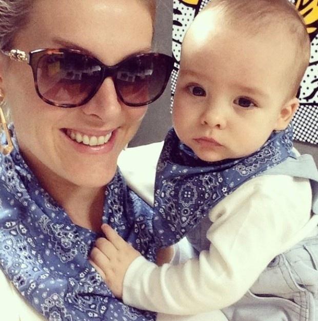 22.out.2014 - Com look igual ao da mamãe Ana Hickmann, a apresentadora publicou uma foto ao lado do pequeno Alexandre.