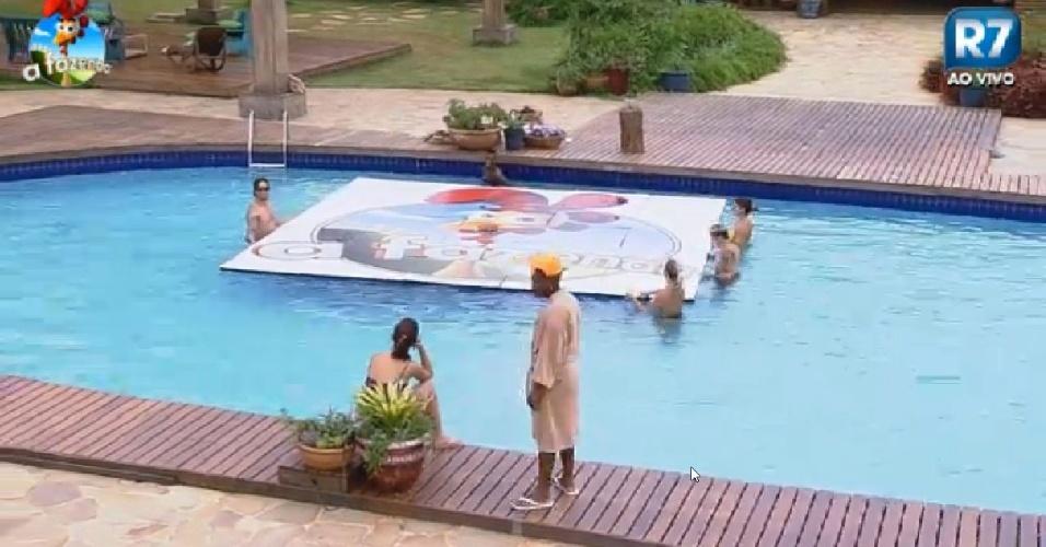 Jogadores ter o que montar o galinho de a fazenda 7 dentro da piscina entretenimento bol - Piscinas de montar ...