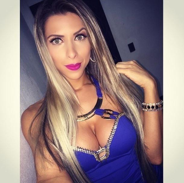 4.dez.2014 - Ana Paula Minerato registrou a beleza que encanta os marmanjos em uma foto em que aparece superdecotada no Instagram. A musa da Gaviões da Fiel usou um trecho de uma música da banda Charlie Brown Jr. na legenda da imagem.
