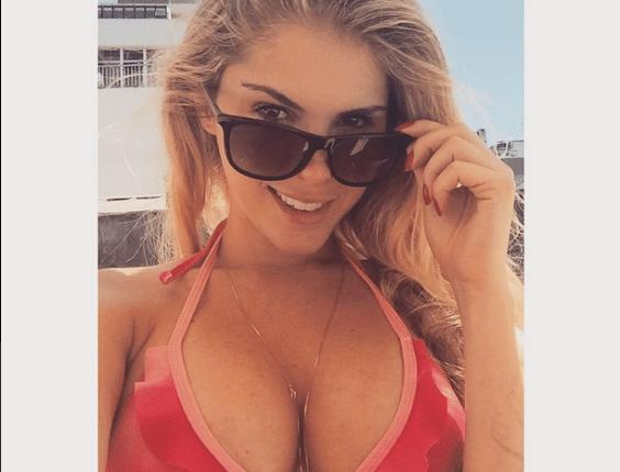 18.jan.2015 - Com os seios em evidência e usando um óculos, a modelo Bárbara Evans publicou uma selfie em seu Instagram neste domingo (18). A loira, de 23 anos, recebeu diversos elogios de seus seguidores. Recentemente, ela terminou o namoro com o atacante do Corinthians Paolo Guerrero
