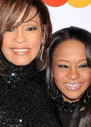 Whitney Houston e a filha Bobbi Kristina Brown, em fevereiro de 2011 - Divulgação