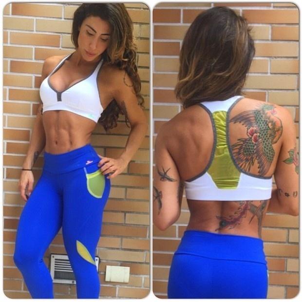 9.fev.2015 - Jaque Khury postou uma foto no Instagram exibindo seu abdômen trincado. Na imagem, a beldade aparece de top e uma calça colada, que evidencia ainda mais suas curvas. Ela também chamou a atenção de fãs por conta de uma tatuagem de pássaro que possui nas costas: