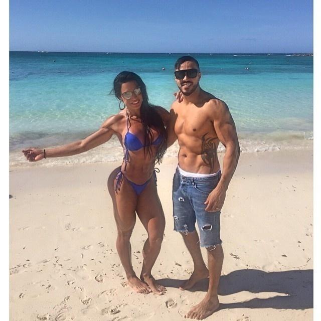 25.fev.2015 - O casal Belo e Gracyanne Barbosa estão de férias nas Bahamas e aproveitaram o Instagram para postar uma foto curtindo uma praia local durante a viagem. Na legenda, o cantor, que entrou na onda de Gracy e entrou para o time dos sarados, aproveitou para se declarar à amada: