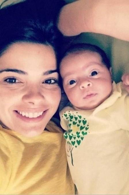 9.mar.2015 - Com um mês e doze dias, Maria, primeira filha de Vanessa Giácomo com o empresário Giuseppe Dioguardi, teve seu rostinho revelado. A imagem em que aparece a atriz com a pequena foi postada por Giuseppe no Instagram.