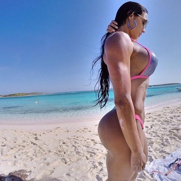 9.mar.2015 - Curtindo um dia de sol em praia paradisíaca, a modelo Gracyanne Barbosa filosofou ao postar uma foto de biquíni no Instagram.