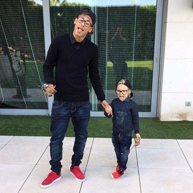 7.abr.2015 - Que duplinha estilosa! O craque Neymar posou ao lado do filho, o pequeno Davi Lucca, compeças de roupas e acessórios praticamente idênticos. Mais de um milhão de fãs curtiram a imagem dos dois no Instagram