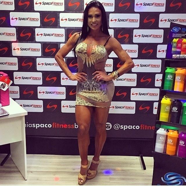 8.abr.2015 - Gracyanne Barbosa ousou em um look decotado e transparente durante um evento fitness em Brasília. A mulher do cantor Belo chamou atenção por suas pernas saradas.