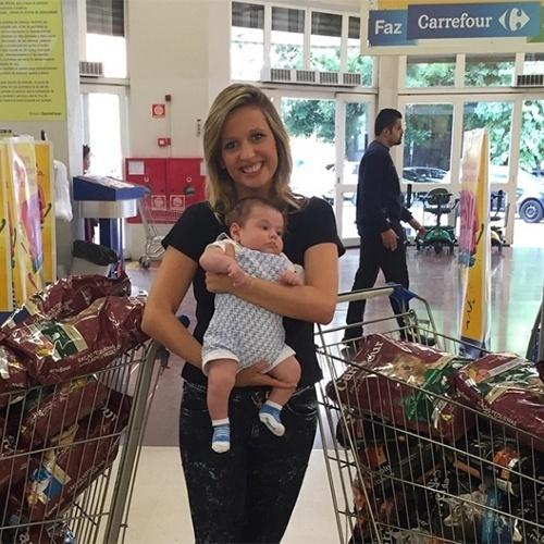 20.abr.2015 - Luisa Mell participou de evento beneficente em um supermercado, em São Paulo. A apresentadora recolheu doações de rações para seus trabalhos com animais e posou com o filho, o pequeno Enzo, para uma foto que divulgou no Instagram.