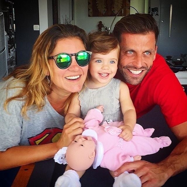 26.abr.2015 - Que belos pares de olhos azuis têm o papai Henri Castelli e a filhota, Maria Eduarda, de um ano. Na imagem divulgada pelo ator no Instagram, a dupla aparece com a irmão de Henri, Juju Zanon.