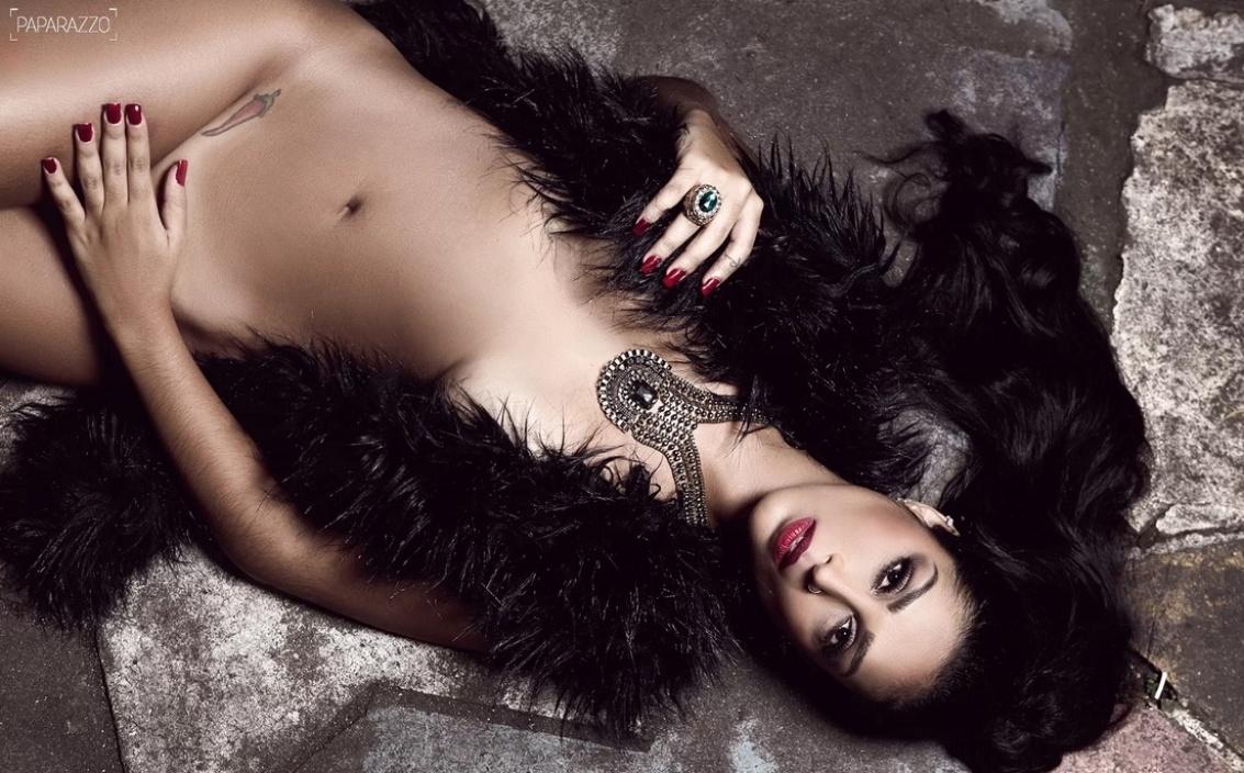 27.abr.2015 - A ex-BBB Amanda Djehdian tirou a roupa para um ensaio sensual do Paparazzo e revelou que costuma causar má impressão entre as mulheres, que sentem ciúme dela.