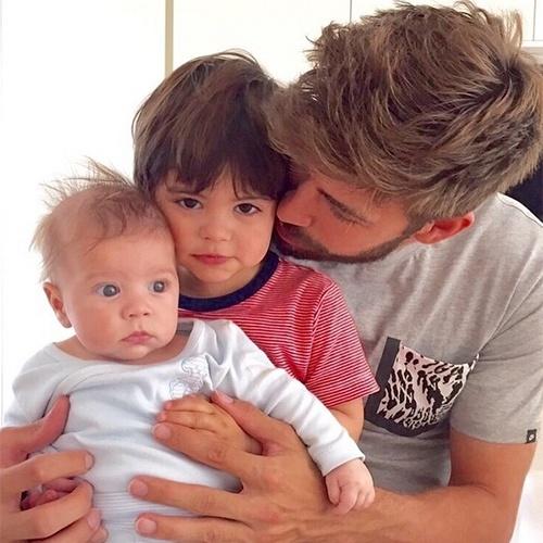 18.mai.2015 - O craque do Barcelona Gerard Piqué compartilhou um momento muito fofo ao lado dos filhos no Instagram. Na imagem, o marido da cantora Shakira aparece em um clique de chamego com Milan, de 2 anos, e o caçula, Sasha, de 3 meses