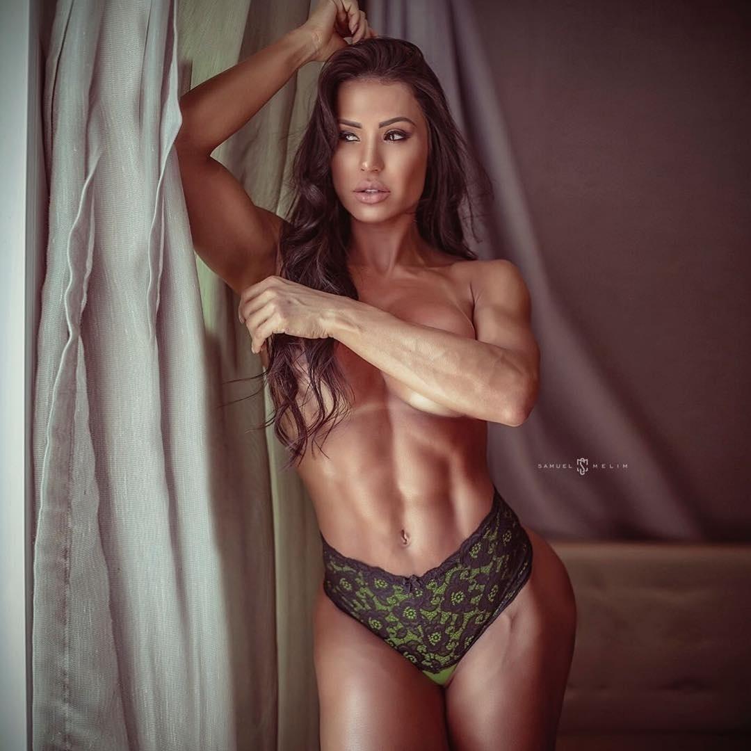 12.abr.2018 - Gracyanne Barbosa posa de topless