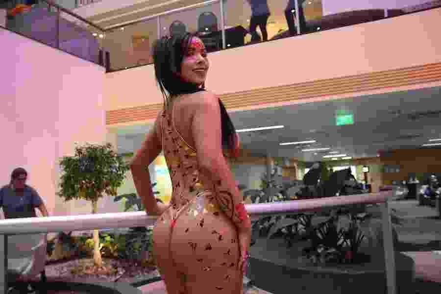 Em ensaio, musa da Colorado, Priscila Kimura, ousou no look para ensaio de Carnaval: ?shape pronto? - Lipe Aramuni/M2 Mídia