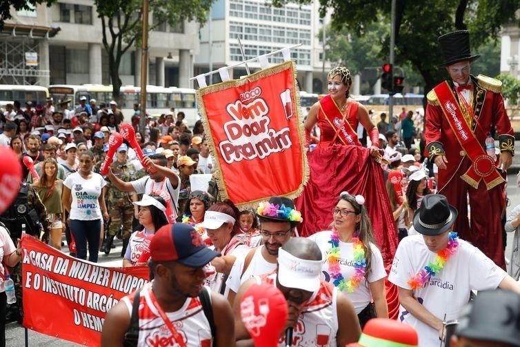 Sambistas saem em campanha para reforçar doação de sangue para o Carnaval