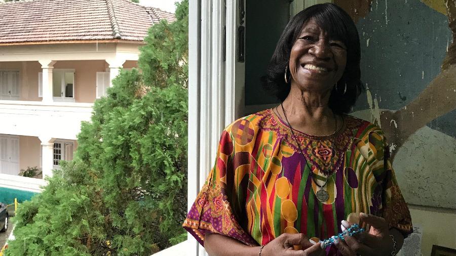 Há dois meses, Maria foi morar numa casa de repouso católica; aqui, posa para a BBC News Brasil na janela do seu quarto - Luiza Franco/BBC