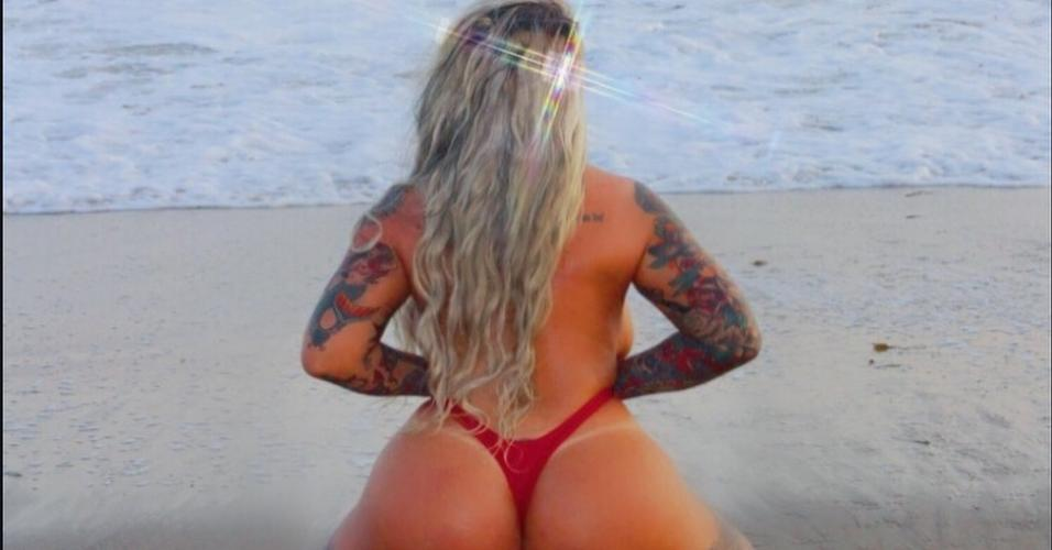 Os cliques na praia mostrando o corpão são frequentes no Instagram de Sabrina