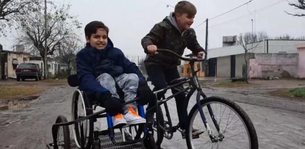 Inseparáveis, Lisandro e o seu primo, Simón, em um passeio de bicicleta