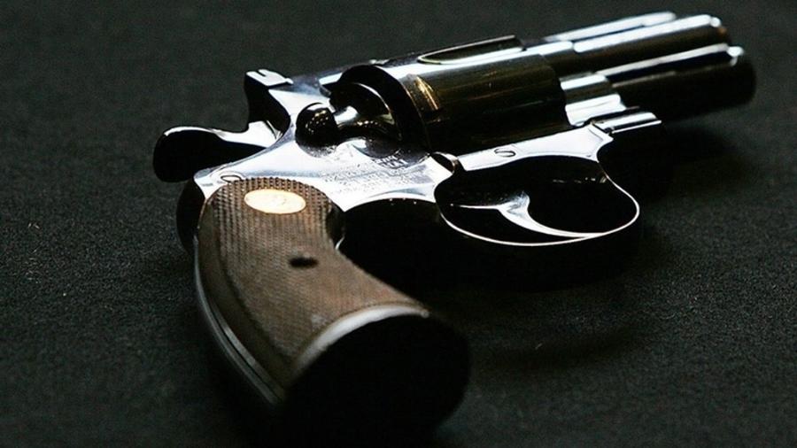 Menino de 4 anos encontra arma em casa e atira no rosto da mãe, grávida de 8 meses - Reprodução