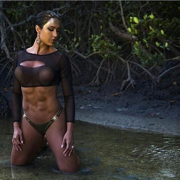 """15.mar.2016 - Uau! A sarada Gracyanne Barbosa mostrou o resultado de sua malhação em um ensaio fotográfico bastante ousado. Em um cenário a céu aberto, a beldade posou de calcinha e com uma blusa transparente molhada, que deixou parte de seus seios à mostra. A musa fitness compartilhou a foto em seu Instagram e rapidamente foi elogiada pelos seus seguidores. """"Meu sonho"""", disse um internauta. """"Que abdômen!"""", exaltou outro"""