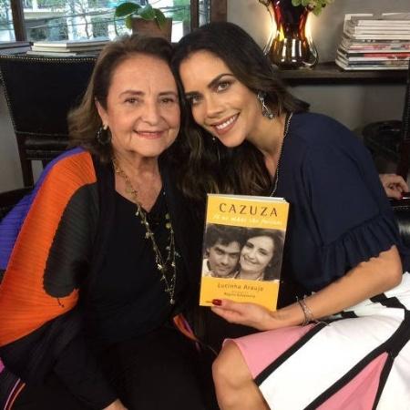 Mãe de Cazuza, Lucinha Araújo posa ao lado da apresentadora Daniela Albuquerque - Divulgação/RedeTV!