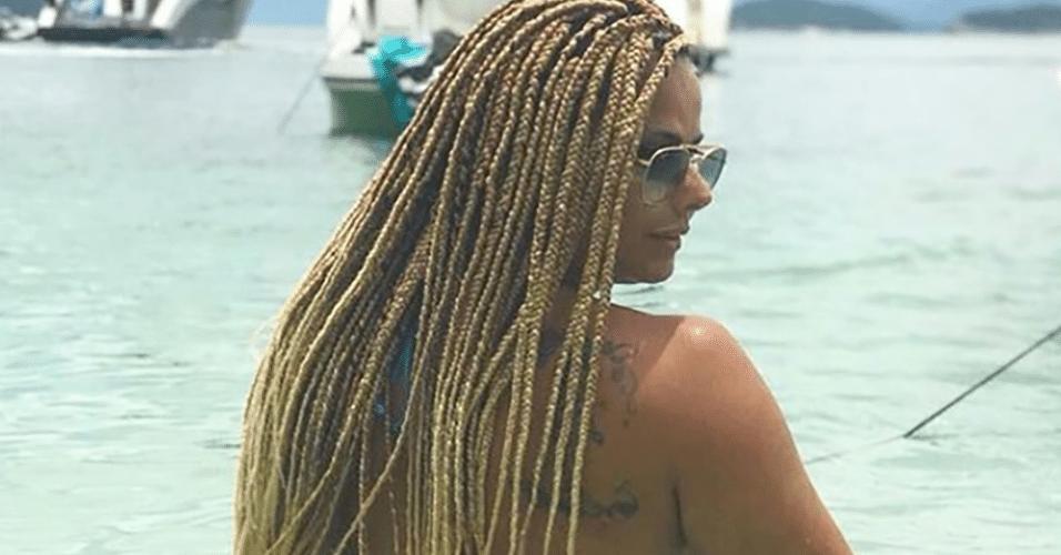 Vivi Araújo posou com o bumbum para o alto em foto na praia
