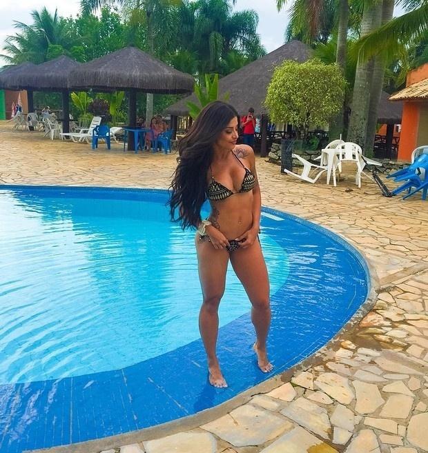 4.nov.2015 - Aline Riscado exibiu a sua comissão de frente em foto postada no Instagram. Na imagem, a modelo aparece à beira de uma piscina exibindo sua ótima forma física